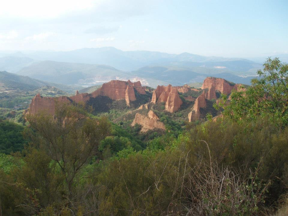 view of Las Médulas and the Cantabrian mountains from the same viewpoint.